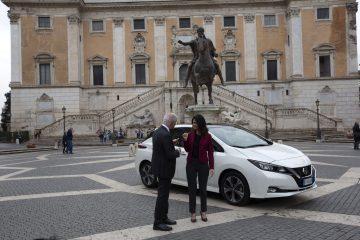 Sindaco Virginia Raggi in elettrico Nissan a Roma