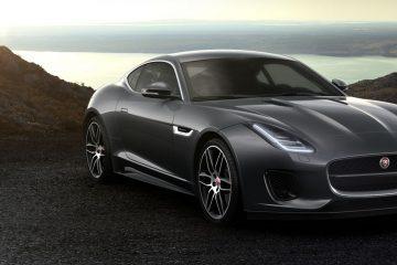 Una Jaguar tra le due posti più esclusive al mondo